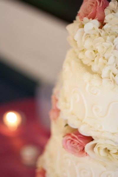 White wedding cake with pink and white roses